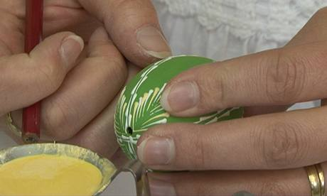 Rozehřátá barva po nanesení na kraslici rychle zasychá, takže se pod prsty nerozmazává.